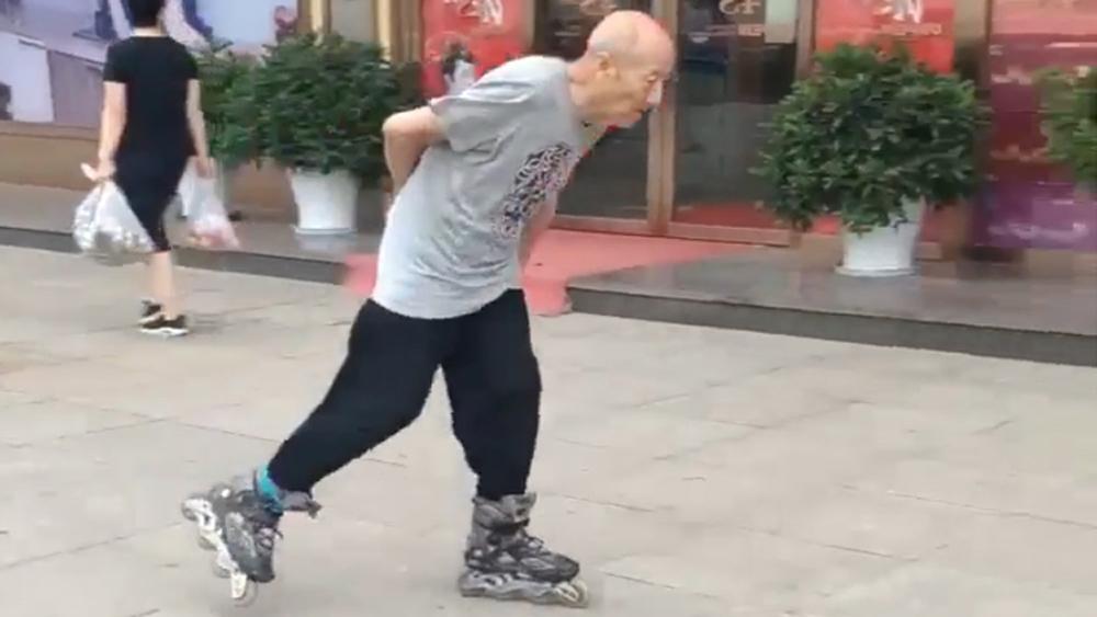Cụ ông trượt patin điêu luyện trên phố